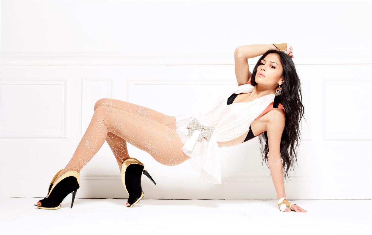 Nicole Scherzinger dos Pussycat Dolls vestindo de Raphael Young...